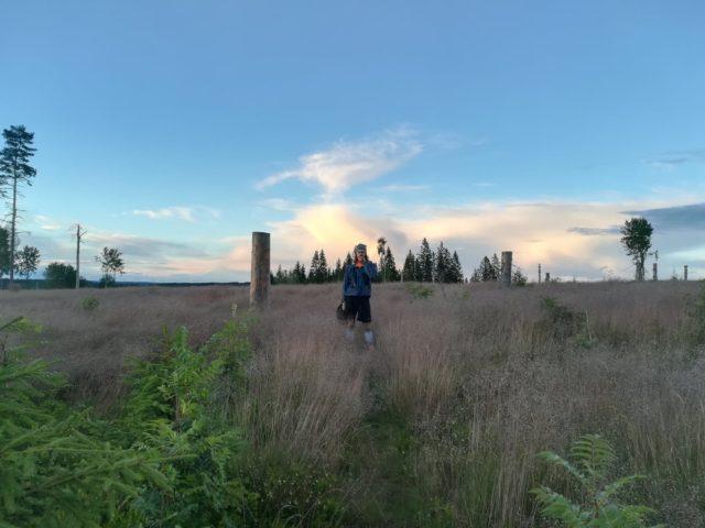 Filip njuter av solnedgången efter en lång dag med regn. Foto: Leonora Johnson.